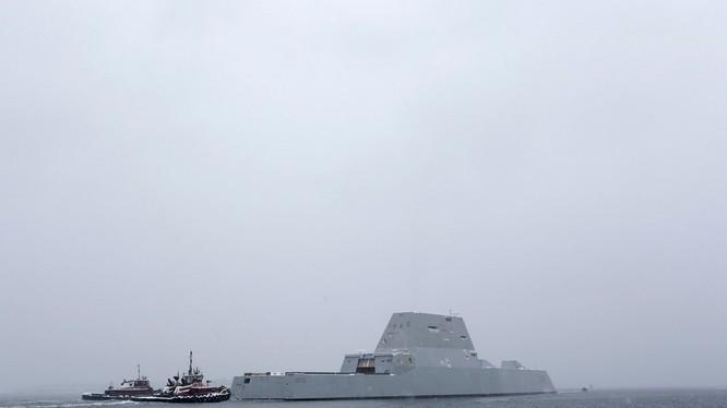 Khu trục hạm siêu tàng hình Zumwalt, sẽ gỡ bỏ pháo hạm. Ảnh UPI