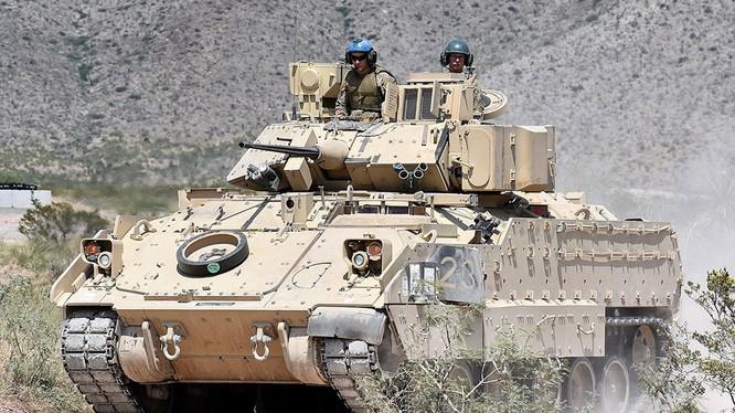 "Xe bộ binh chiến đấu Mỹ BMP M2 ""Bradley"". Ảnh Russian Gazeta"