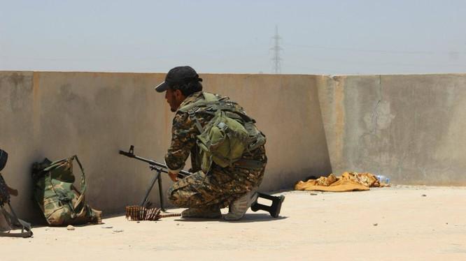 Chiến binh SDF trên chiến trường Deir Ezzor. Ảnh minh họa: Masdar News.