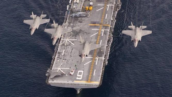Máy bay tiêm kích tàng hình F-35B trên tàu sân bay đổ bộ trực thăng. Ảnh Military Watch Magazine