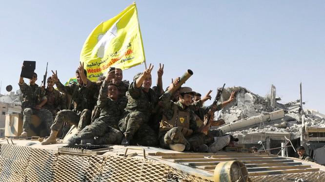 Các chiến binh SDF tấn công theo hướng Deir Ezzor. Ảnh minh họa: Masdar News.