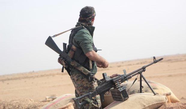 Chiến binh người Kurd trên chiến trường Afrin, tây bắc Aleppo. Ảnh minh họa: Masdar News.
