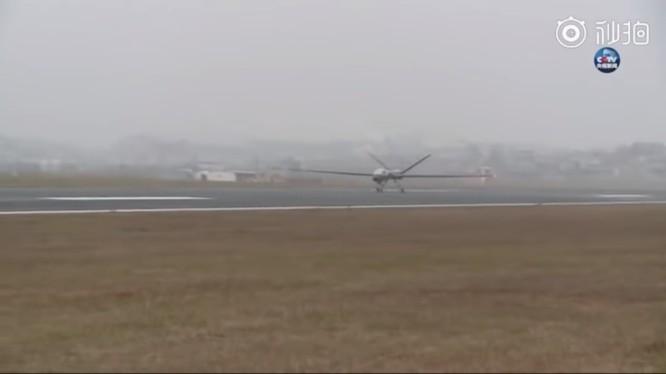 Máy bay không người lái tầm xa đa năng Yi long I-D (Dực Long) xuất kích.