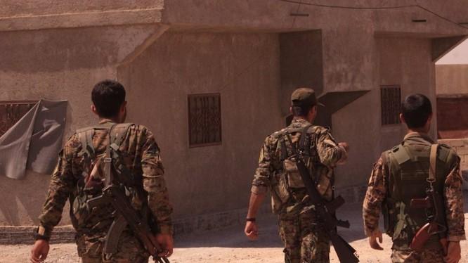 Lực lượng dân quân người Kurd chiến đấu trên chiến trường Deir Ezzor. Ảnh minh họa: Al-Masdar News.