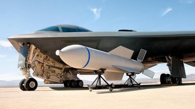 Bom xuyên hầm ngầm GBU-57 MOP và B-2. Ảnh: Jim Mumaw tháng 07.2009.