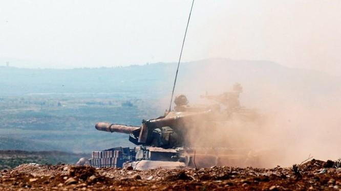 Lực lượng pháo binh, tên lửa Syria bắn phá chiến tuyến các nhóm Hồi giáo cực đoan ở Hama. Ảnh South Front