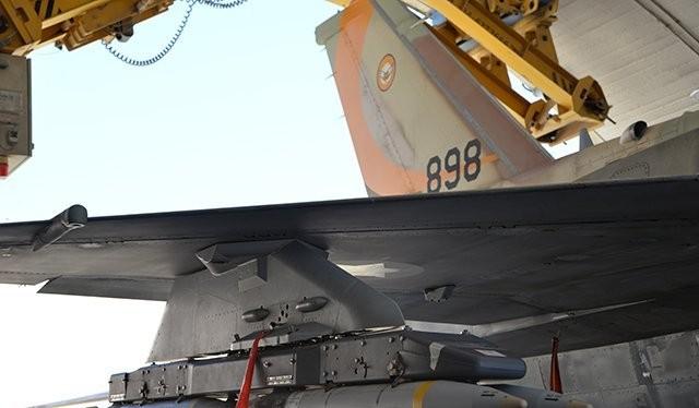 Máy bay F-16Is, mang theo bom nhỏ GBU-39s chuẩn bị xuất kích tấn công Syria.