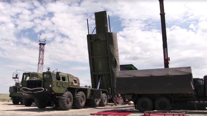 Lắp đặt hệ thống tên lửa Avangard vào hầm phóng. Ảnh minh họa: TASS.