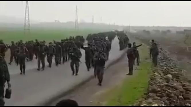 Binh sĩ quân đội Syria tiến về làng Arima trên vùng ngoại ô hướng Tây thành phố Manbji.
