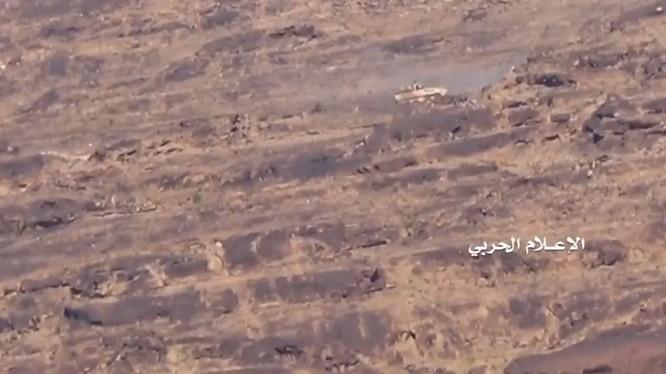 Lực lượng Houthi tấn công tiêu diệt thiết giáp Mỹ LAV-25 trên địa phận tỉnh Saada.