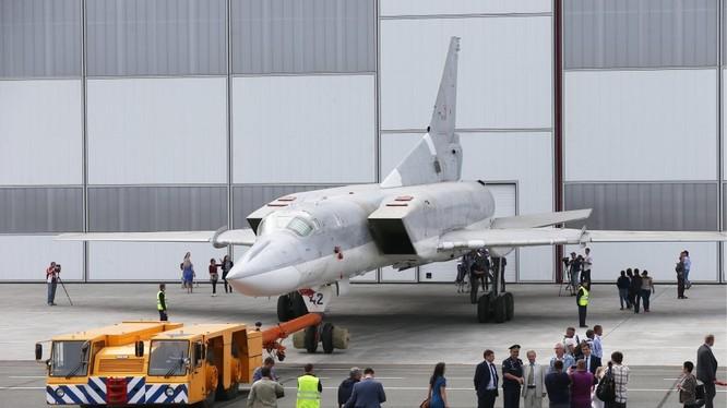 Máy bay ném bom chiến lược Tu-22M3M rời xưởng sản xuất. Ảnh Russian Gazeta.