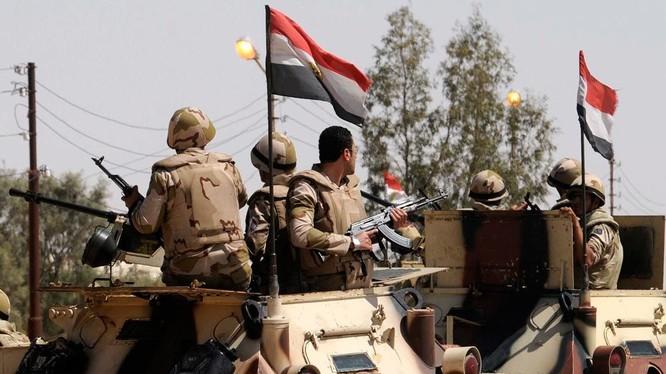 Binh sĩ an ninh Ai Cập tiến hành cuộc tấn công truy quét khủng bố ở bán đảo Sinai. Ảnh minh họa: Masdar News.