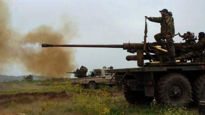 Binh sĩ quân đội Syria pháo kích đánh phá chiến tuyến của lực lượng Hồi giáo cực đoan ở Latakia. Ảnh minh họa: Masdar News.
