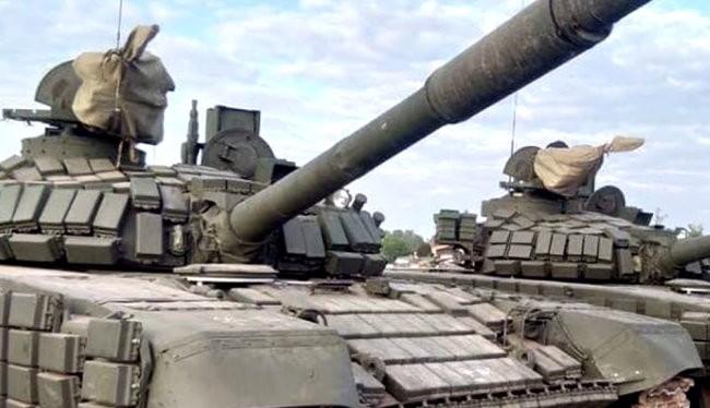 """Các xe tăng T-72B1 """"Đại bàng Trắng"""" Nga tham gia diễn tập cho cuộc diễu binh trong lễ kỷ niệm 70 năm thành lập Quân đội Nhân dân Lào."""