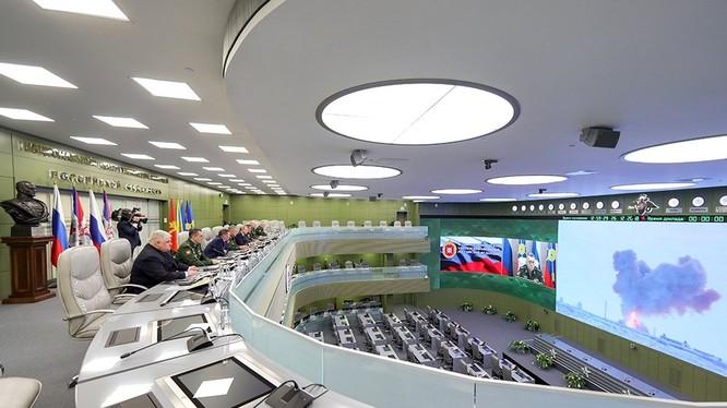 Tổng thống Nga Vladimir Putin, Bộ trưởng Quốc phòng Shoigu theo dõi cuộc thử nghiệm hệ thống tên lửa Avangard. Ảnh: Bộ Quốc phòng Nga.