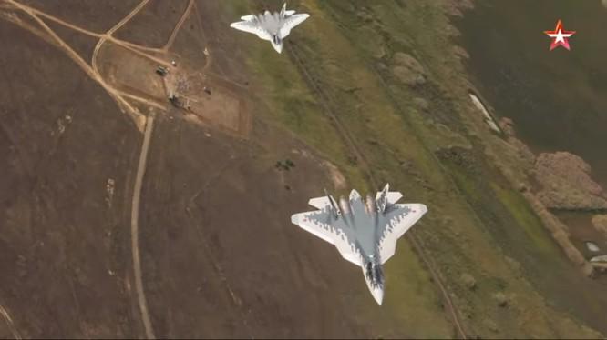 Biên đội máy bay Su-57 bay huấn luyện. Clip quay từ máy bay vận tải An-12.