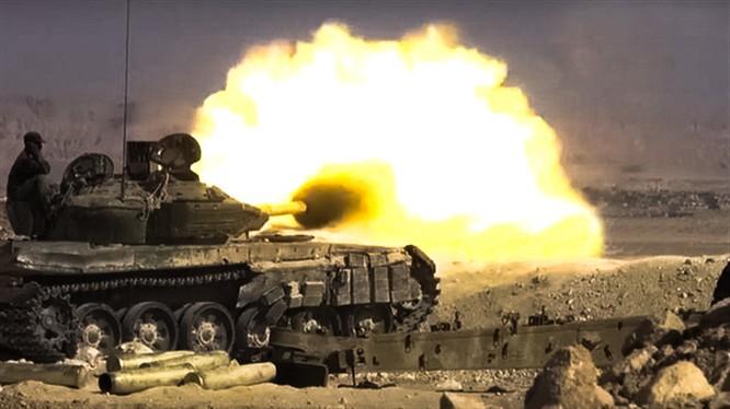 Pháo tăng quân đội Syria bắn phá chiến tuyến của lực lượng Hồi giáo cực đoan trên vùng nông thôn bắc Hama.
