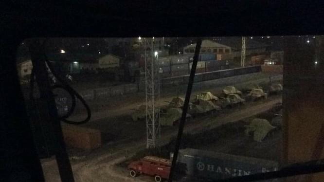 Những chiếc xe tăng T-90S phủ bạt đỗ trên bãi hàng của cảng biển. Ảnh: @WarComissar.