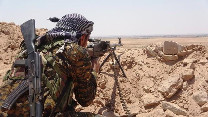 Chiến binh người Kurd chiến đấu trên chiến trường Deir Ezzor. Ảnh minh họa: South Front.