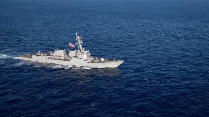 Khu trục hạm tên lửa có điều khiển USS Campbell của Mỹ trên Biển Đông. Ảnh: Reuters.