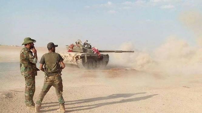 Xe tăng quân đội Syria chiến đấu trên chiến trường Hama, Idlib. Ảnh minh họa Masdar News