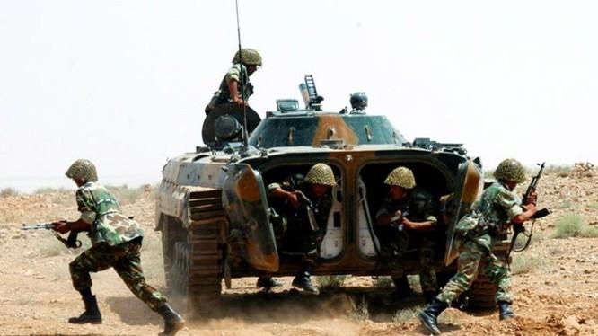 Các chiến binh Houthi phá hủy các xe cơ giới quân sự của Liên minh Ả rập Xê-út. Ảnh minh họa: Yemen Observer.