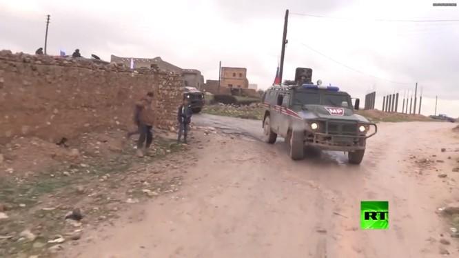 Lực lượng quân cảnh Nga tuần tra trên vùng ngoại ô Manbji.