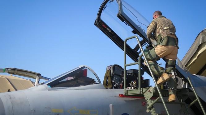 Phi công Anh chuẩn bị cho cuộc không kích IS trên chiến trường Deir Ezzor. Ảnh: South Front.