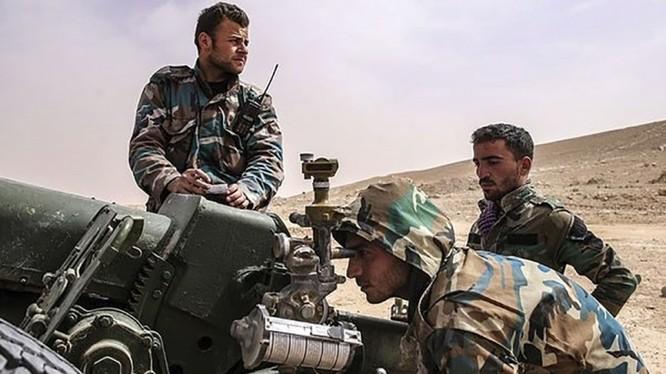 Binh sĩ quân đội Syria sử dụng pháo binh đánh trả Hồi giáo cực đoan ở Idlib, Hama. Ảnh minh họa: Masdar News.