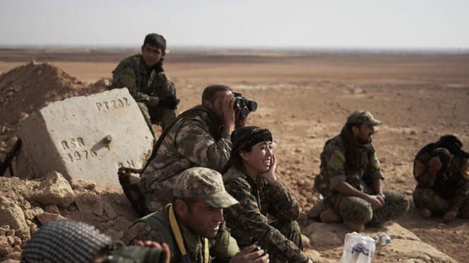Các chiến binh người Kurd theo dõi Quân đội Syria tự do FSA được Thổ Nhĩ Kỳ hậu thuẫn.