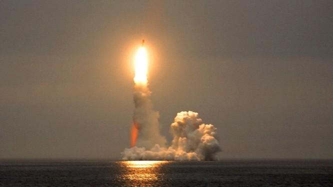 Tàu ngầm nguyên tử Nga phóng tên lửa đạn đạo liên lục địa Bulava. Ảnh Russian Gazeta.