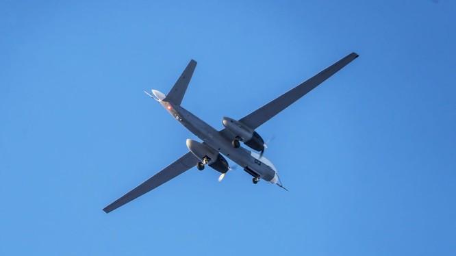 """Máy bay trinh sát không người lái chiến lược """"Altair"""" nguyên mẫu thứ 3."""
