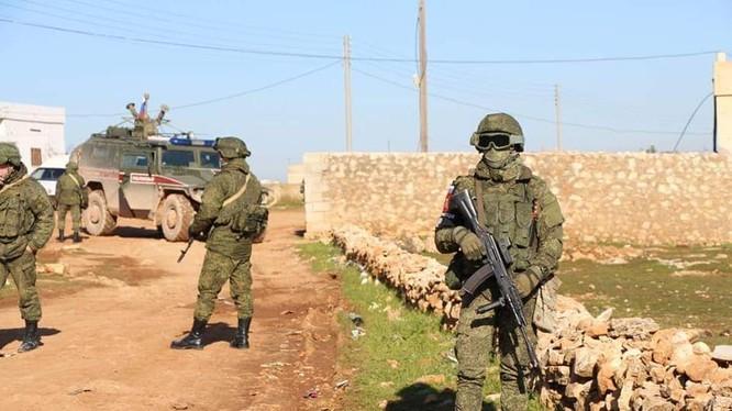 Quân cảnh Nga tuần tra cùng lực lượng MMC ở thành phố Manbij. Ảnh: Masdar News.