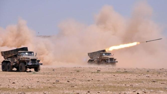 Lực lượng pháo binh quân đội Syria đánh phá dữ dội chiến tuyến của lực lượng Hồi giáo cực đoan ở Idlib, Hama. Ảnh minh họa: South Front.
