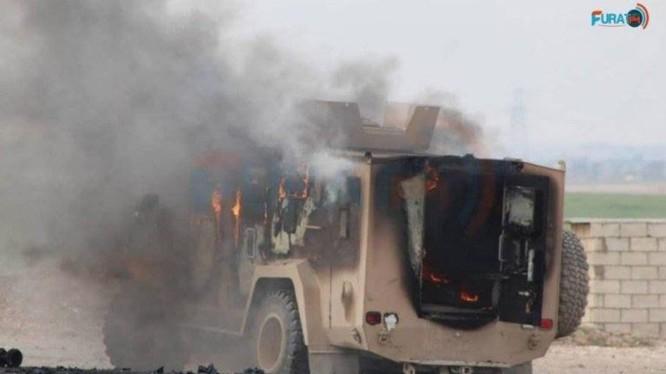 Xe cơ giới bọc thép của liên minh quân sự quốc tế do Mỹ dẫn đầu bị đánh bom khủng bố. Ảnh: Pura.