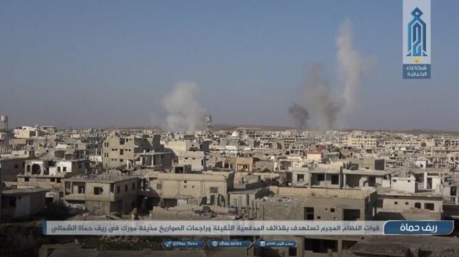 Quân đội Syria pháo kích ác liệt vào thị trấn al-Lataminah. Ảnh trang Iba'a (Al-Qaeda Syria)
