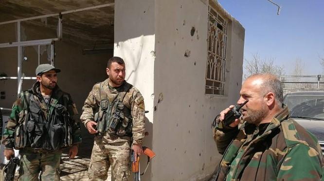 Binh sĩ quân đội Syria phòng ngự trên chiến trường Aleppo.