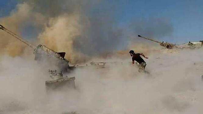 Lực lượng pháo binh quân đội Syria đánh phá chiến tuyến của các nhóm Hồi giáo cực đoan trên địa phận tỉnh Idlib, Hama. Ảnh minh họa: Masdar News.