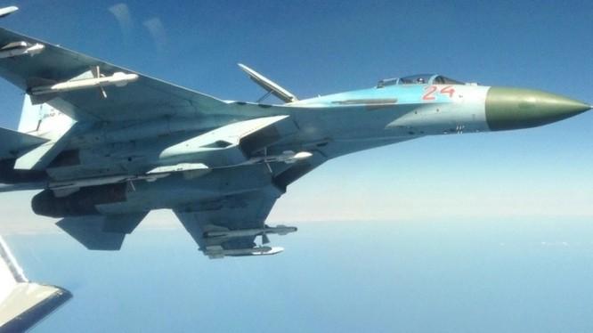Tiêm kích cận vệ S-27 đánh chặn và xua đuổi chiếc F-15 NATO.