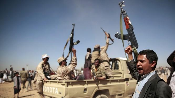 Các chiến binh Houthi trên chiến trường Yemen.