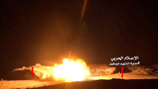 Lực lượng Houthi phóng tên lửa đạn đạo tấn công quân đội Ả rập Xê út. Ảnh minh họa Masdar News