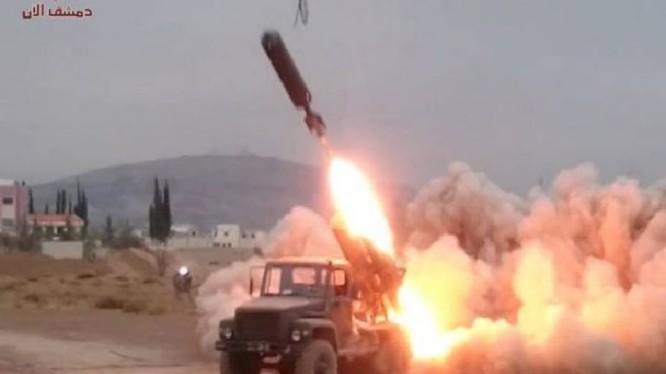 Lực lượng pháo binh tên lửa quân đội Syria sử dụng tên lửa tự chế Elephant (Voi) tấn công các nhóm Hồi giáo cực đoan. Ảnh minh họa Masdar News