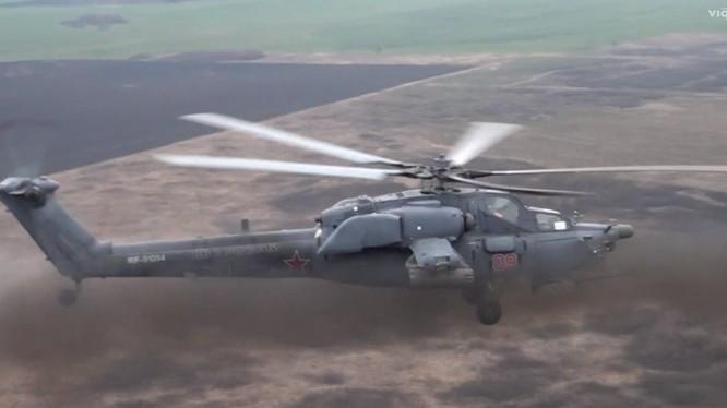 Trực thăng Thợ săn đêm Mi 28N tấn công mục tiêu bằng rocket.