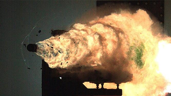 Pháo ray điện từ trường phóng đạn. Ảnh minh họa South China Morning Post (CNBC)