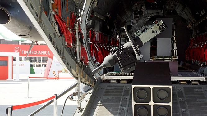 Lắp đặt mô-đun pháo tự động trên máy bay vận tải. Ảnh minh họa: Rusian Gazeta.