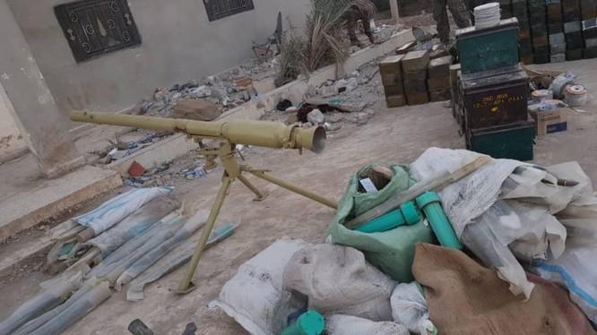 Lực lượng Dân quân người Kurd thu chiến lợi phẩm vũ khí trang bị của IS. Ảnh South Front.