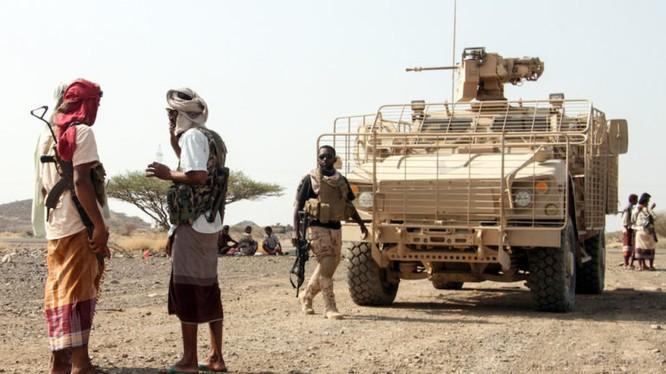 Các chiến binh Yemen, ủng hộ tổng thống Hadi trên chiến trường với xe bọc thép Ả rập Xê-út. Ảnh minh họa: South Front.