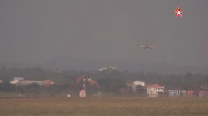 Không quân Lào bay huấn luyện chiến đấu.