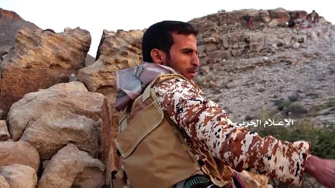 Một chiến binh Houthi trên chiến trường biên giới Yemen - Ả rập Xê-út.