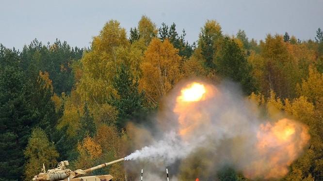 Xe tăng T-90 khai hỏa trên thao trường huấn luyện. Ảnh minh họa: Rusian Gazeta.